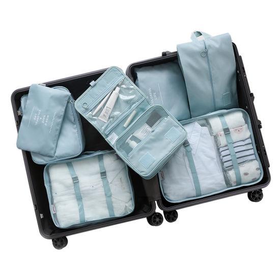 valise orginsé avec des cubes de rangements