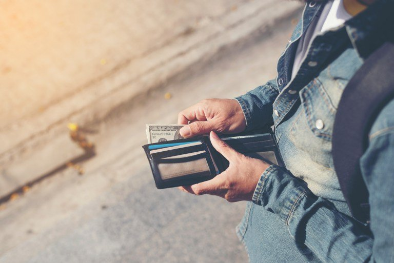 voyageur avec son portefeuille